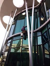 บริการรับเช็ดกระจกโรยตัวจากที่สูงๆๆ โทรศัพท์ 02-9074472